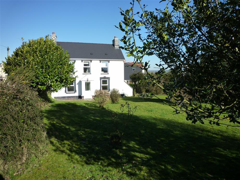 Lovely spacious detached holiday house  just 14 minutes' walk from the beach - Sleeps 6 - Ref 2232