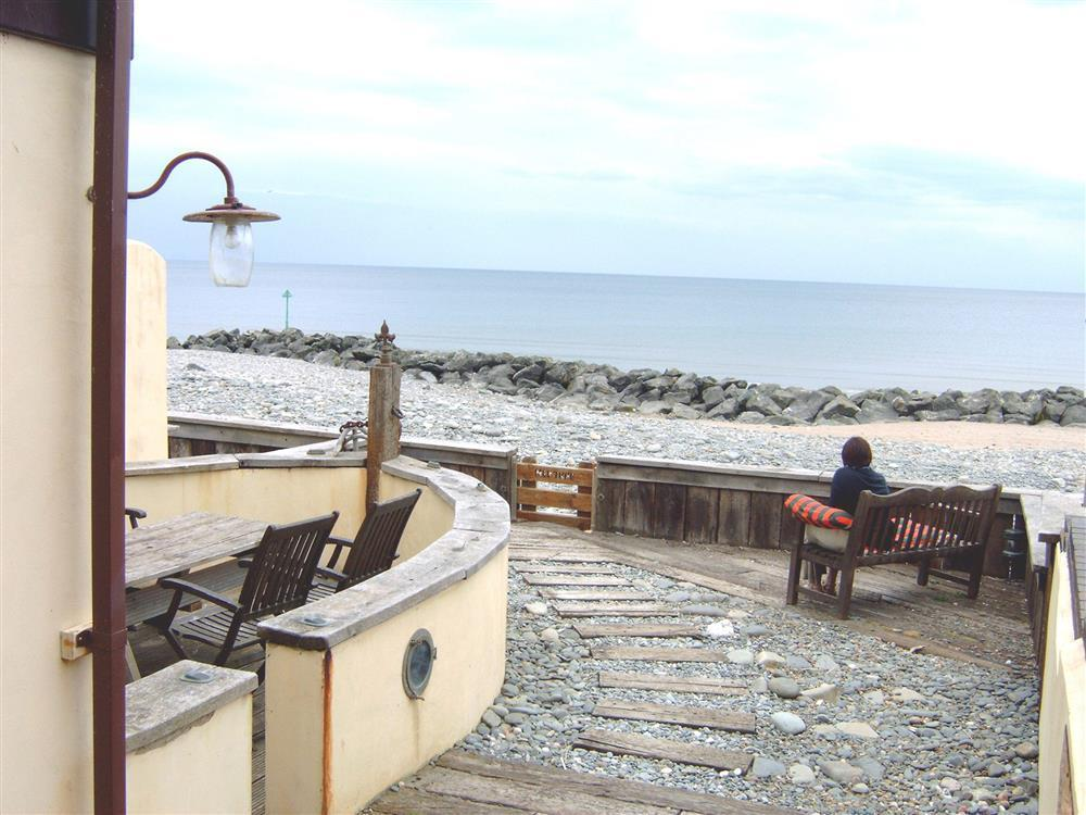 1940's style quirky terraced holiday house which overlooks Cardigan Bay's Borth beach-Sleeps7-Ref577