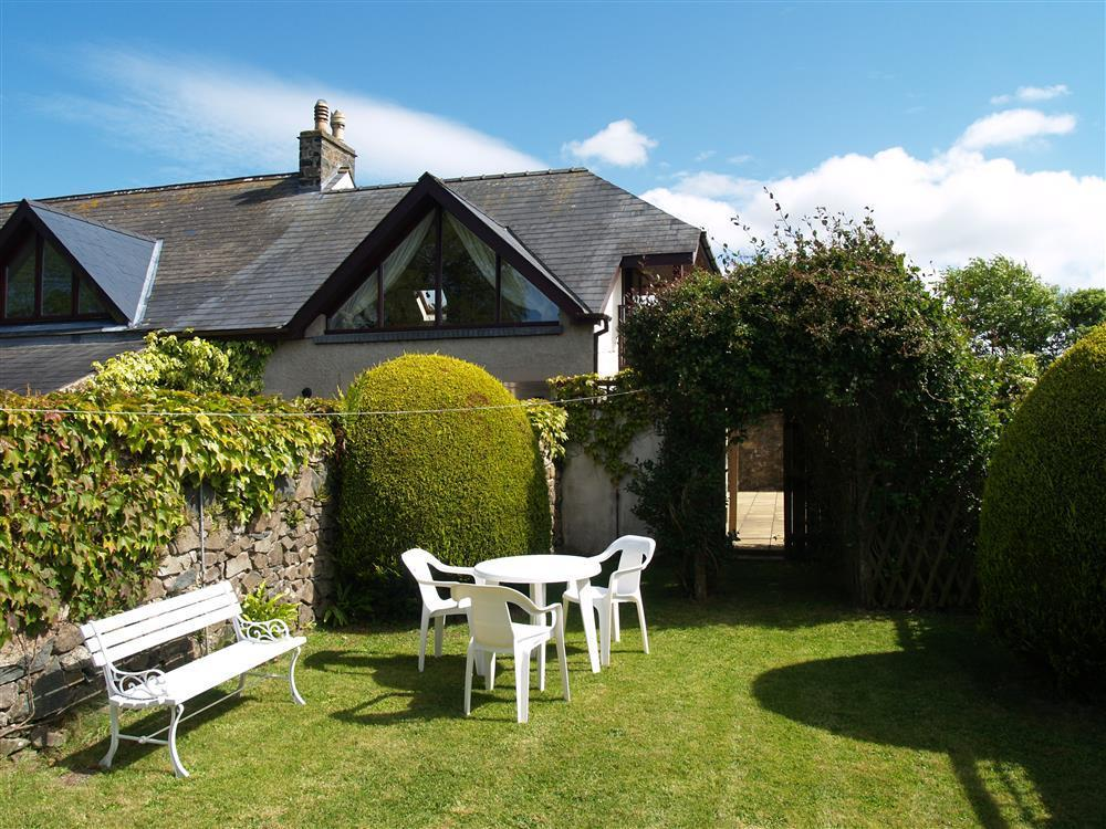 Cottage with enclosed garden near Cwm Yr Eglwys and Pwllgwaelod beaches  Sleeps: 3  Property Ref: 123