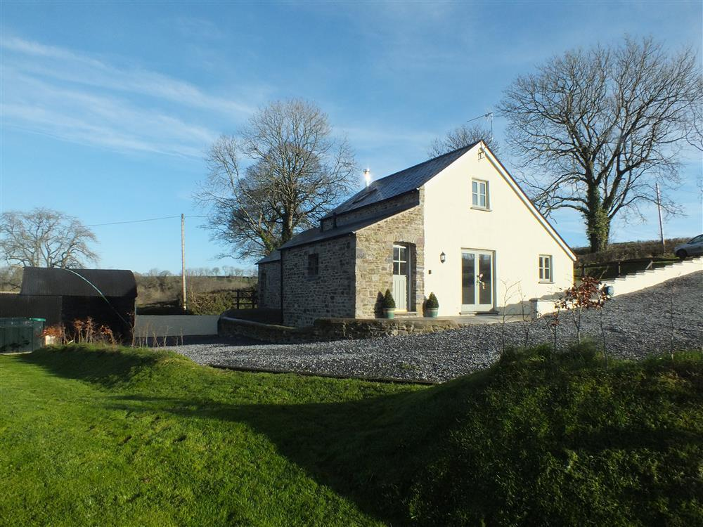 Countryside Lodge in the heart of the Pembrokeshire countryside - Sleeps 6 - Ref 2049