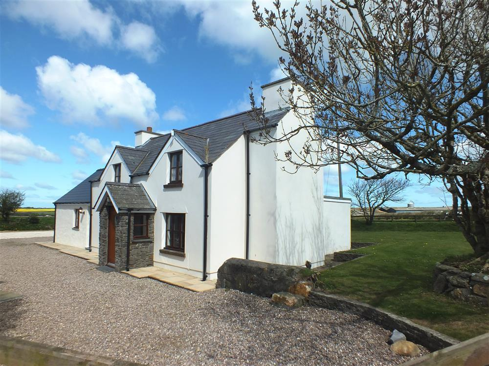 Character cottage in quiet location between Solva and Newgale - Sleeps 8 - Ref 217