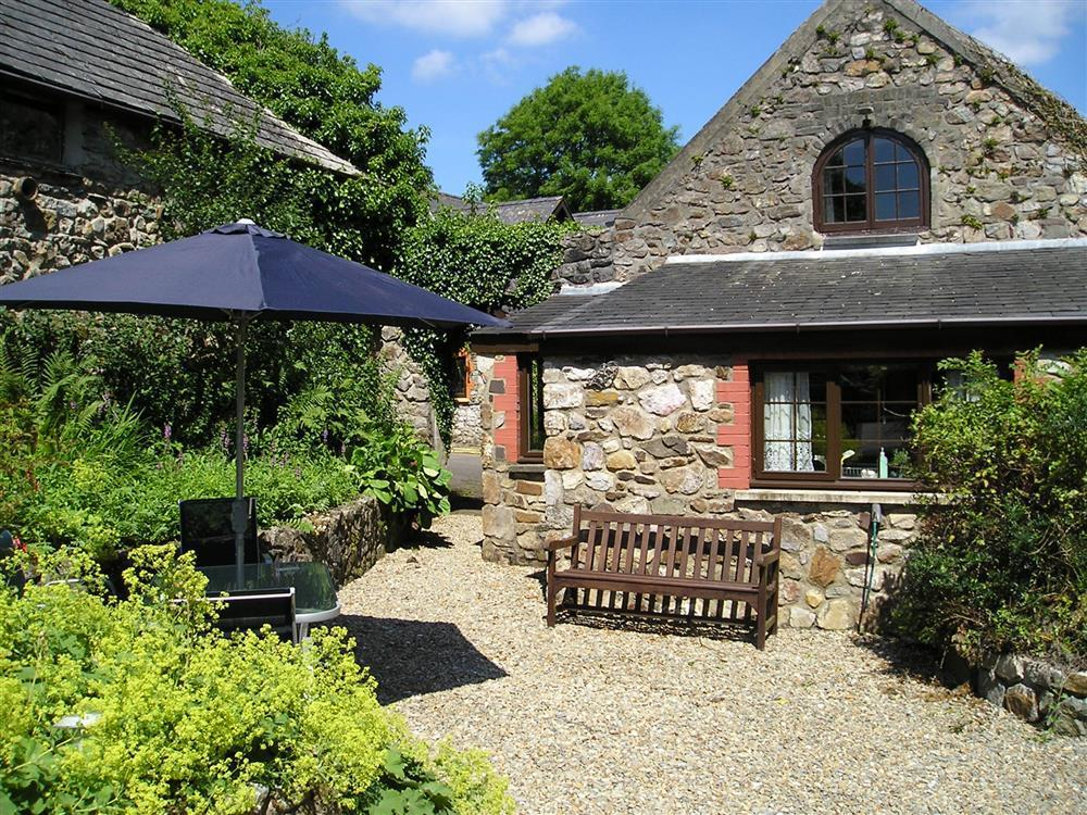 Converted barn offering lovely accommodation in a convenient location  Sleeps: 4  Property Ref: 804