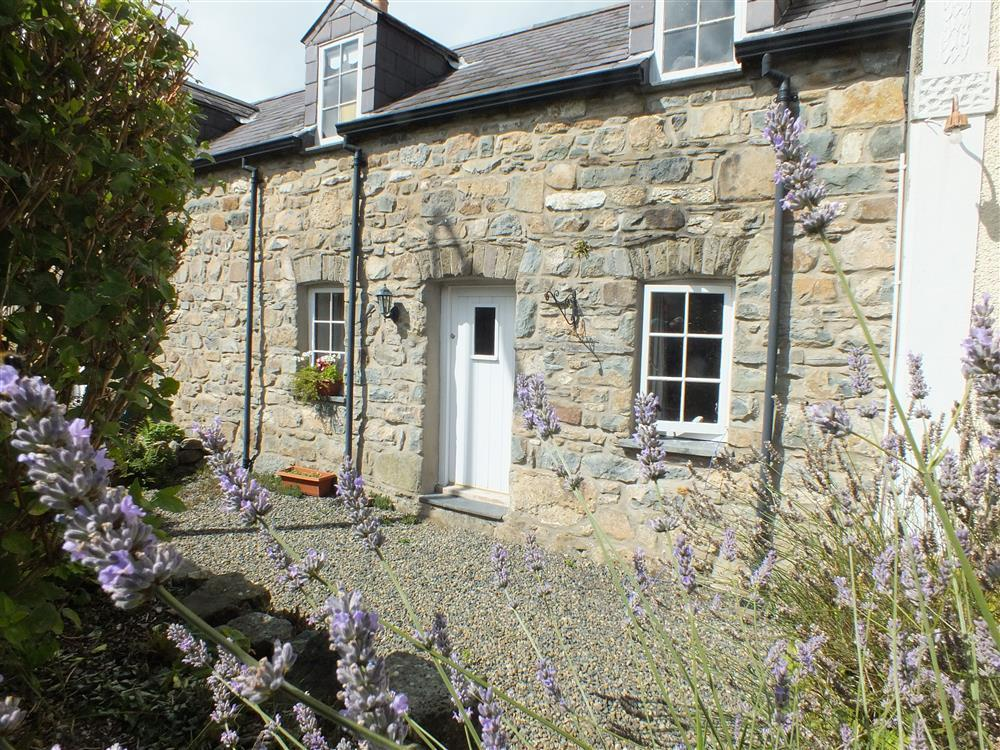 Attractive comfortable cottage a short walk from Parrog beach - Sleeps 4 - Ref 2137