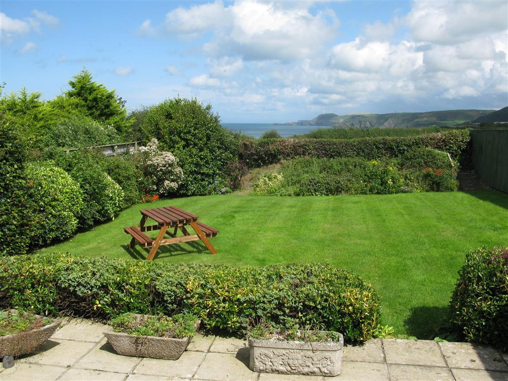 Bungalow with enclosed garden and views to Cardigan Bay - Sleeps 4 - Ref 2070