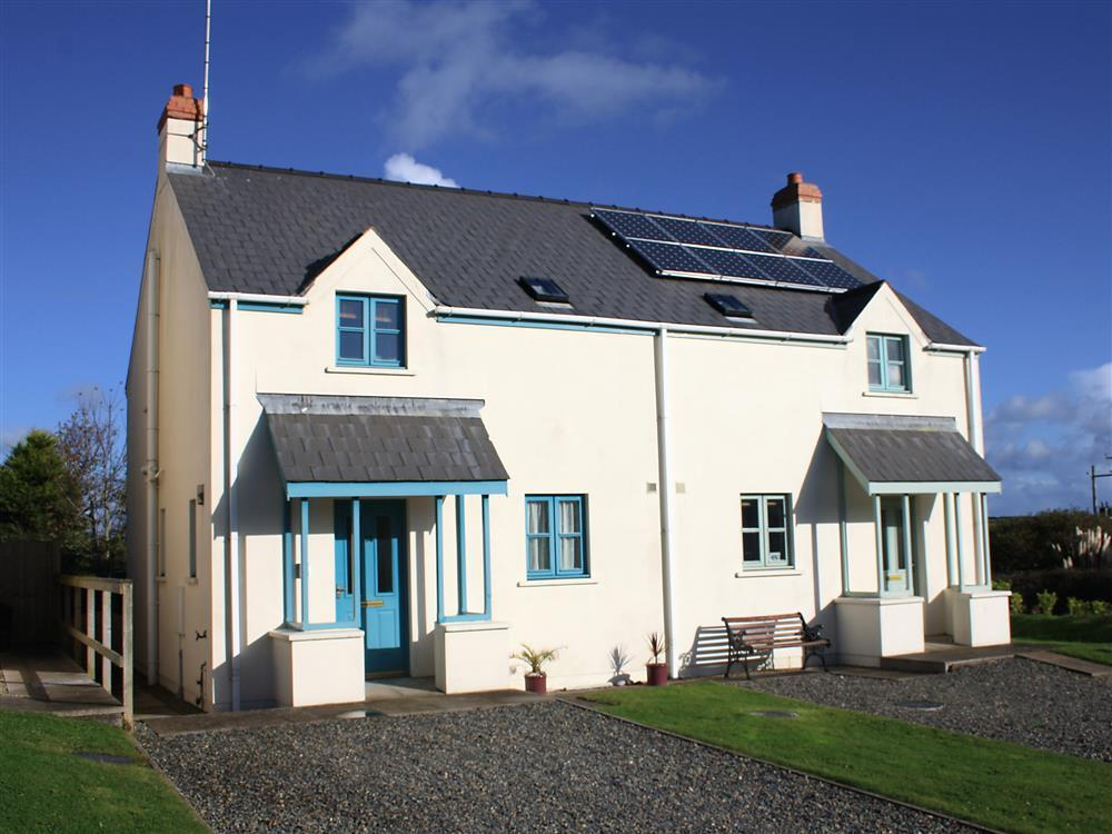Cottage with enclosed garden near Pembrokeshire coast path and beaches - Sleeps 6 - Ref 2078