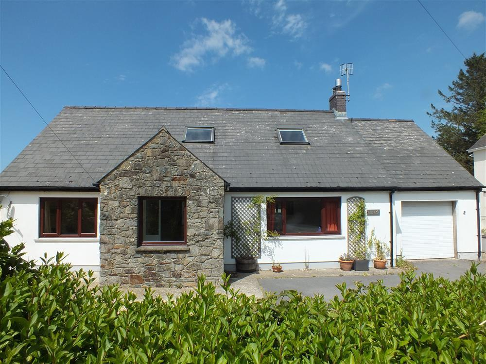 Comfortable detached dormer bungalow just 10 minutes walk from Parrog beach - Sleeps 8 - Ref 2079