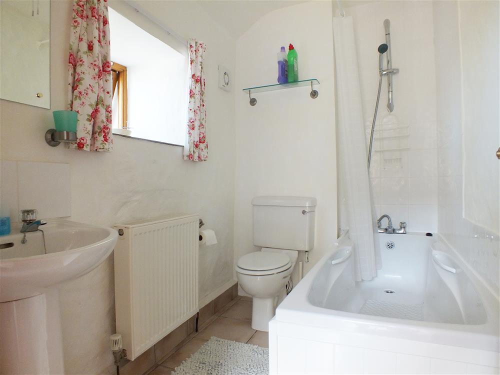 2101-5-cottage-bathroom