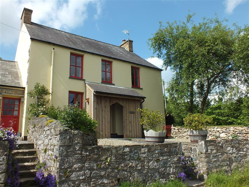 Lovely house with enclosed garden on the slopes of Carningli Mountain - Sleeps 6 - Ref 2103