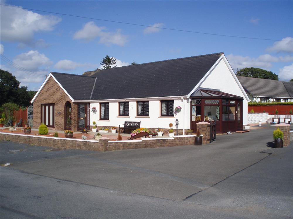 Spacious detached bungalow between Cardigan and Cenarth - Sleeps 6 - Ref 531