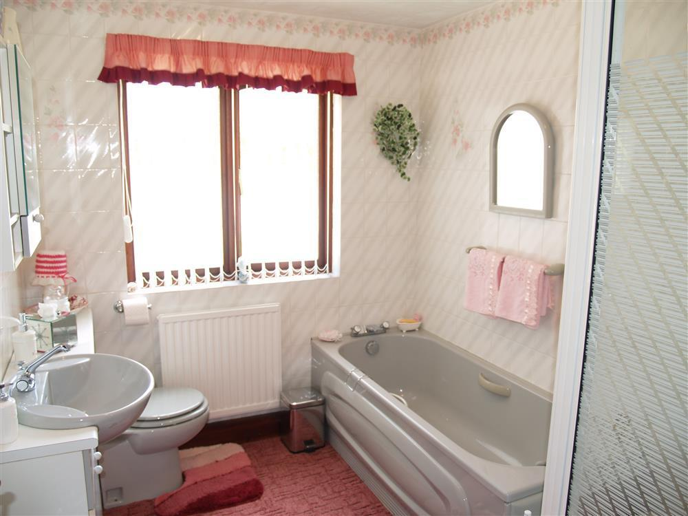 06 bathroom Llanmair 531