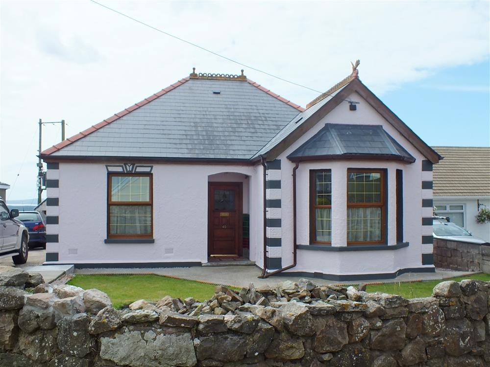 Sea view bungalow located between Ferryside and Kidwelly - Sleeps 8 - Ref 2109