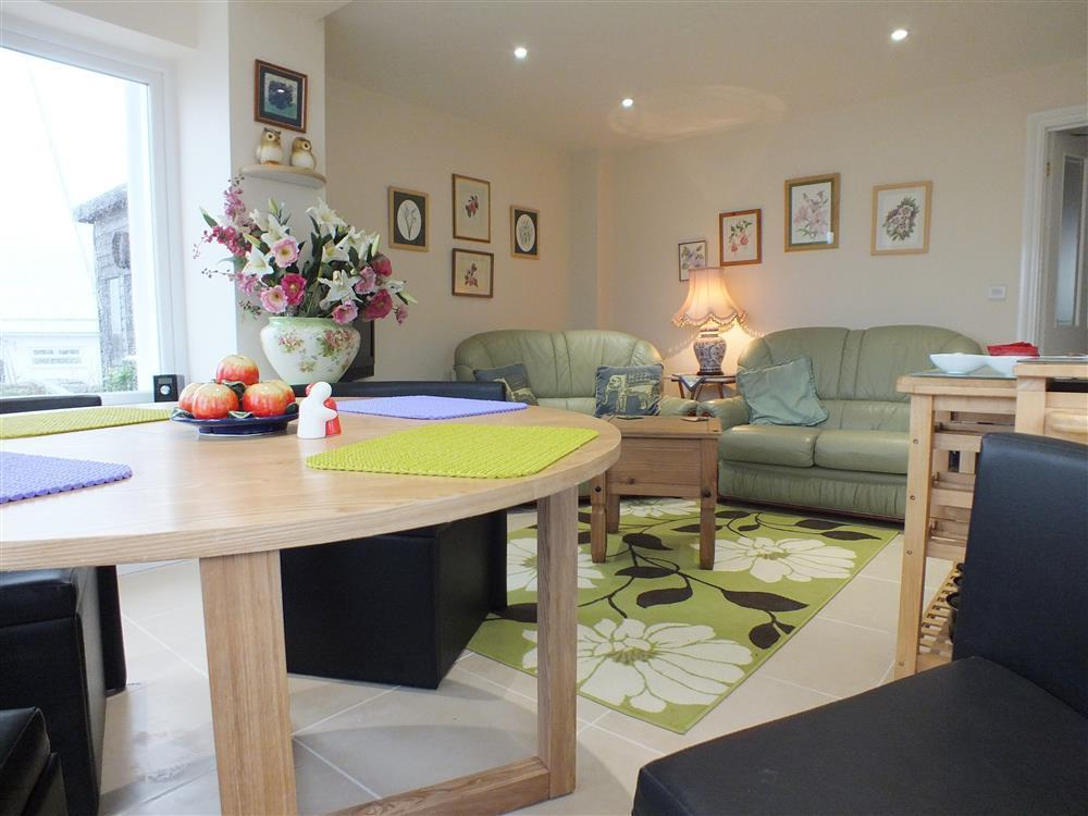 Attractive ground floor riverside apartment- enclosed garden and great views - Sleeps 4 - Ref 2164
