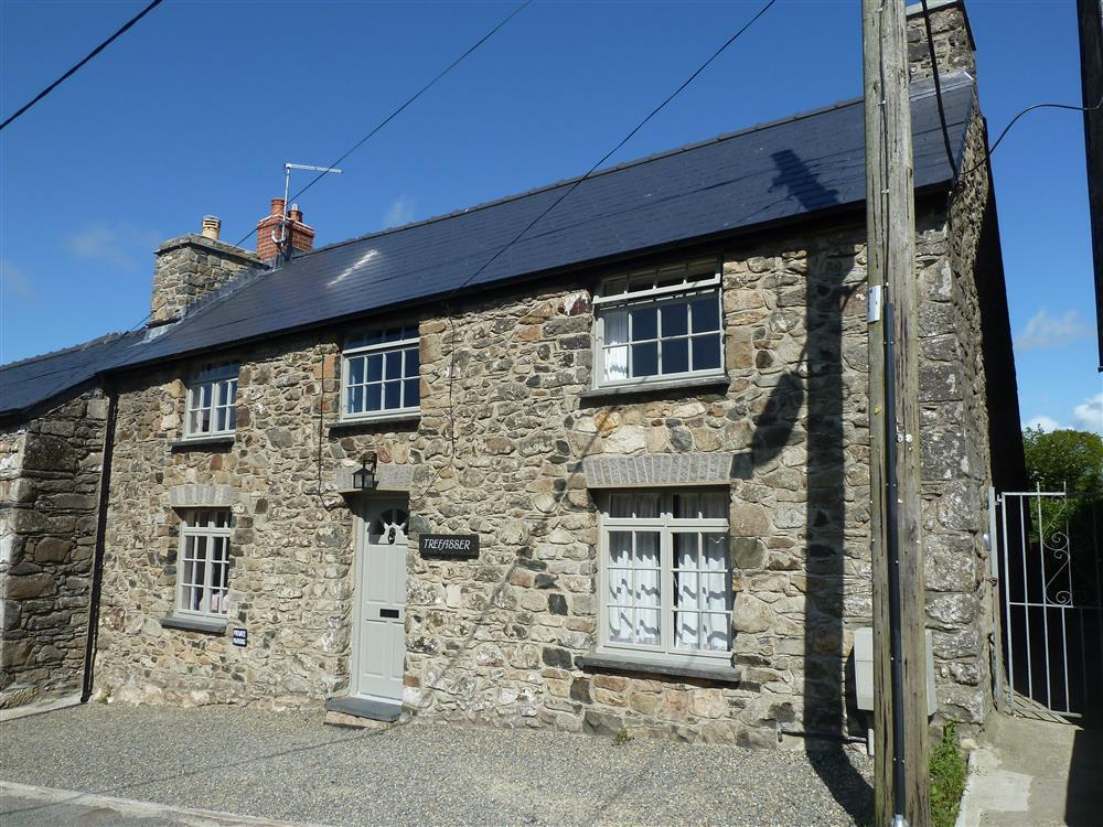 Attractive stone cottage with large garden in Newport - Sleeps 4 - Ref 2177