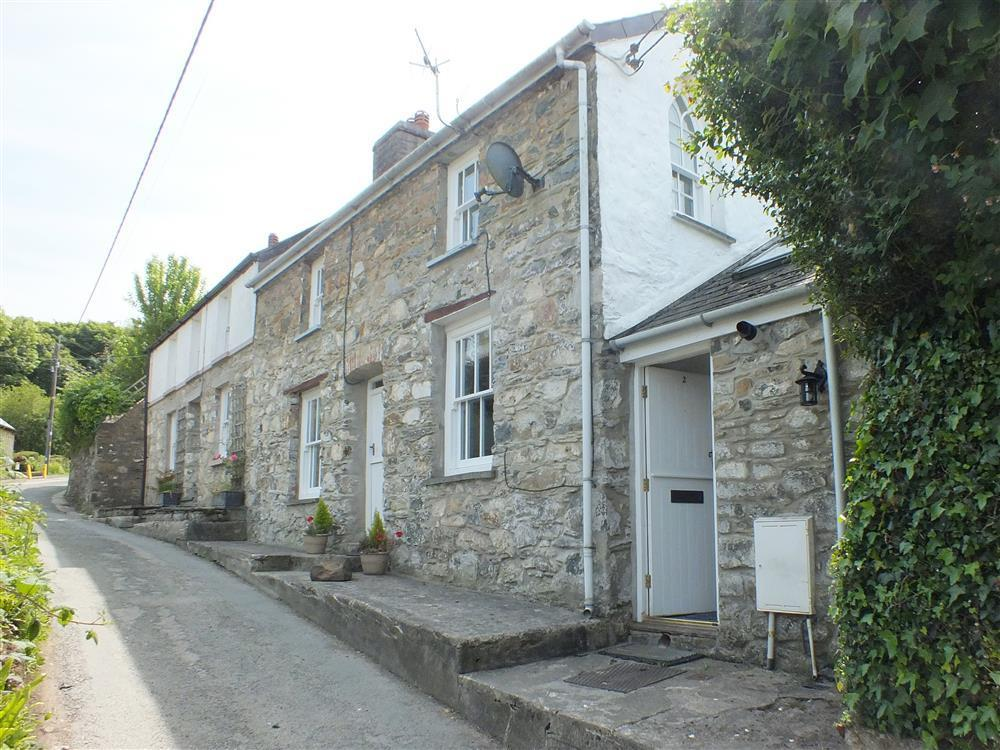 Cottage on quiet lane within walking distance of pubs, coast path and Carningli Mountain - Sleeps 5 - Ref 2181