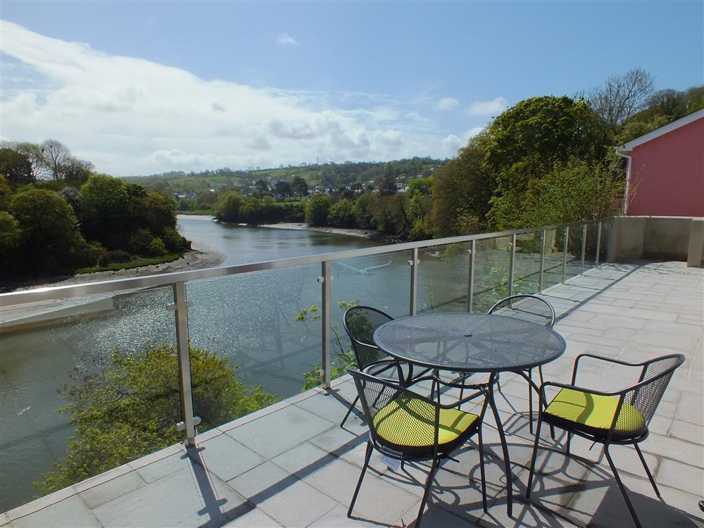 Bungalow with balcony overlooking river Teifi - Sleeps 5 - Ref 412