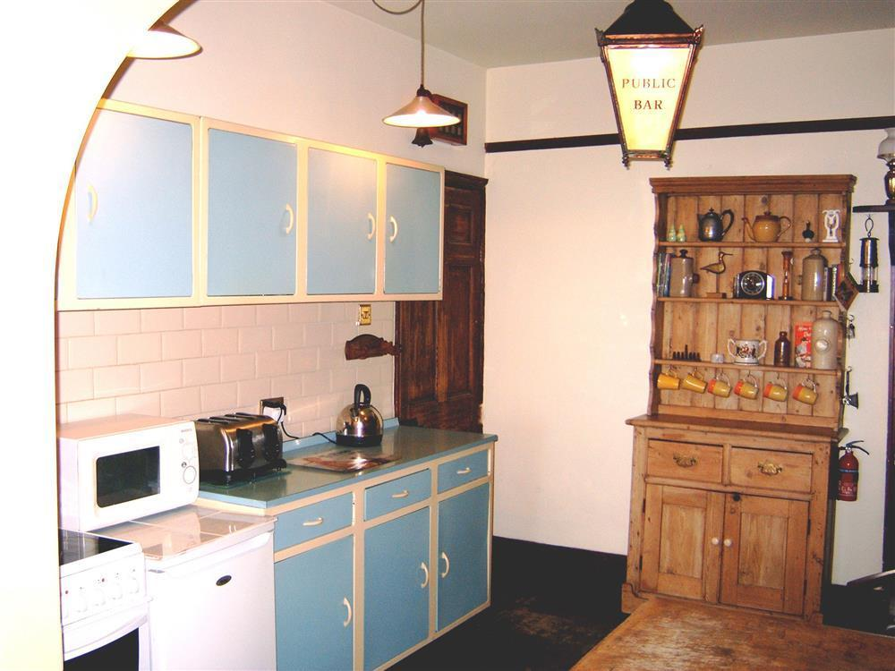 577-02 Quirky Kitchen in Borth (1)