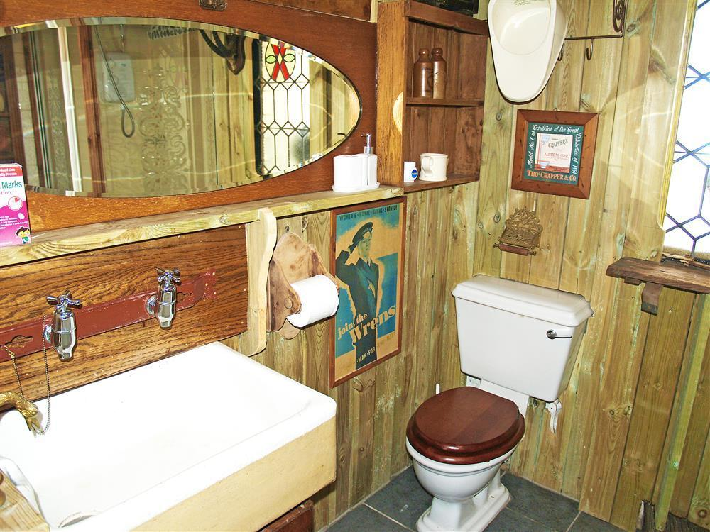 577-07 Bathroom with Quirky Features (2)