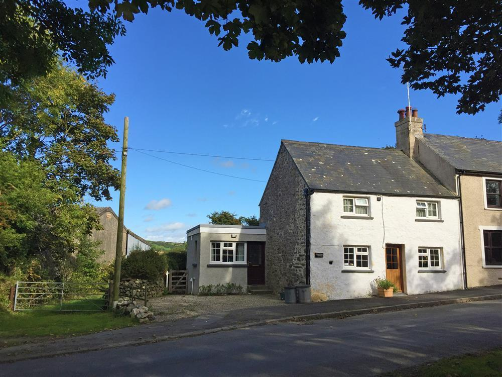 Limewashed cottage situated in quiet country lane near Strumble Head - Sleeps 4 - Ref 579