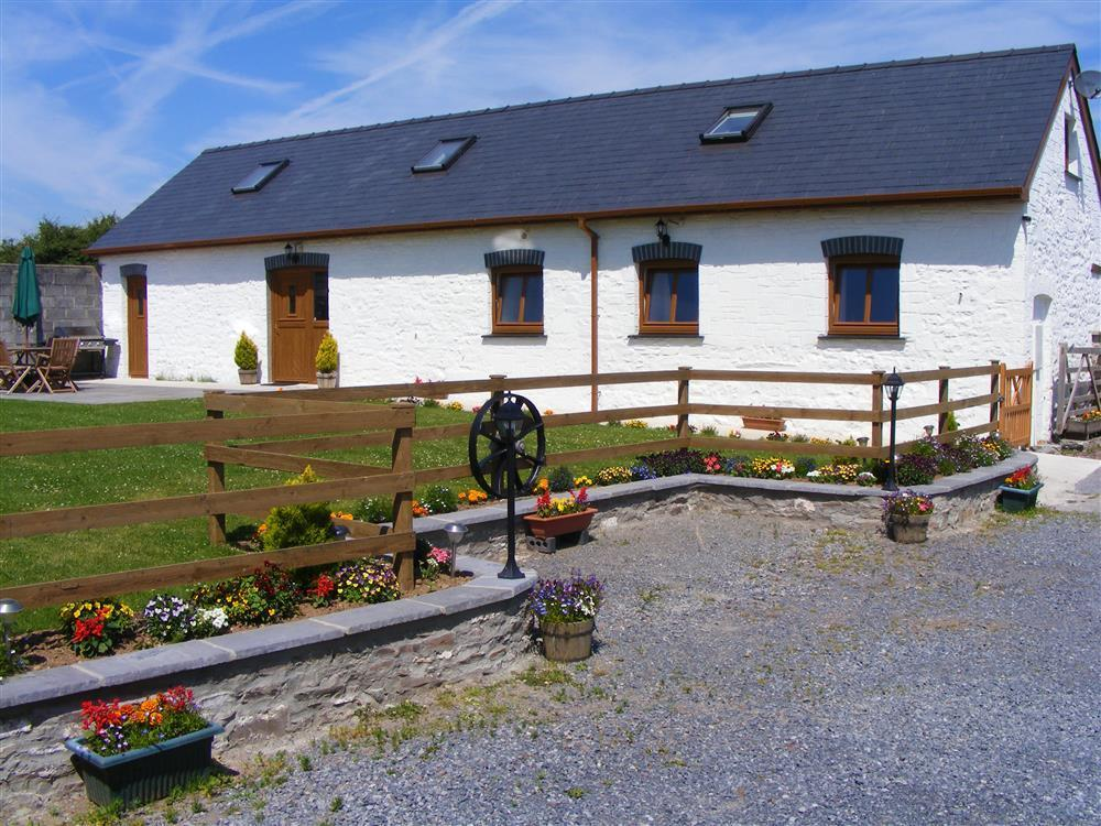 Beautifully converted detached barn with enclosed garden close to Laugharne  Sleeps: 7  Property Ref: 883