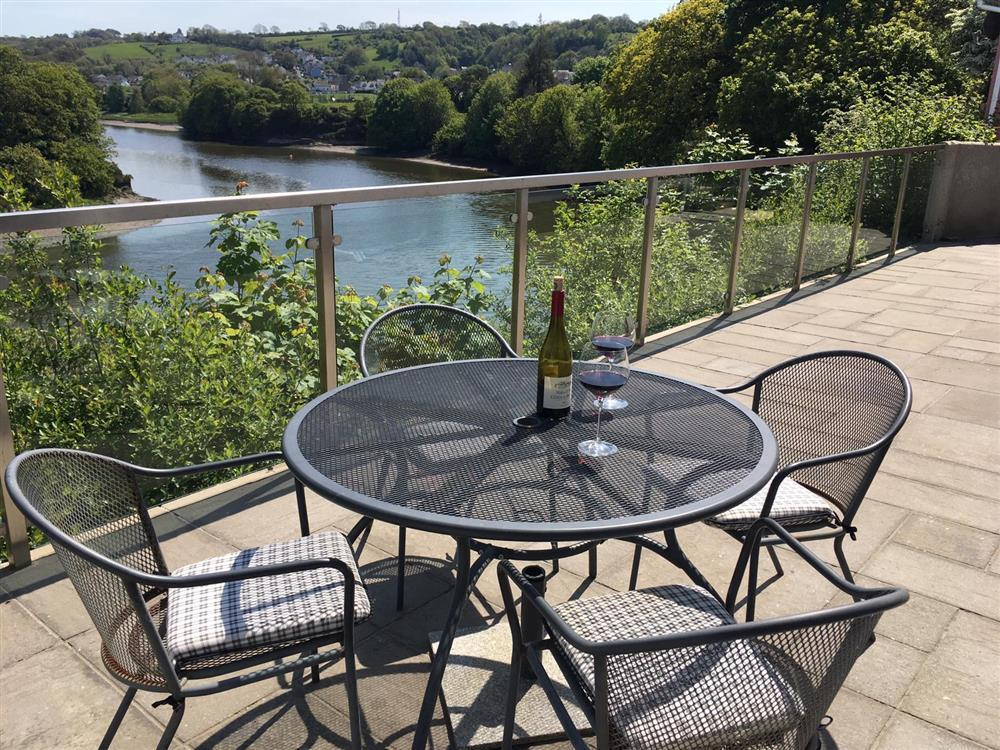 Riverside bungalow with balcony overlooking the Teifi Estuary - Sleeps 5 - Ref 412