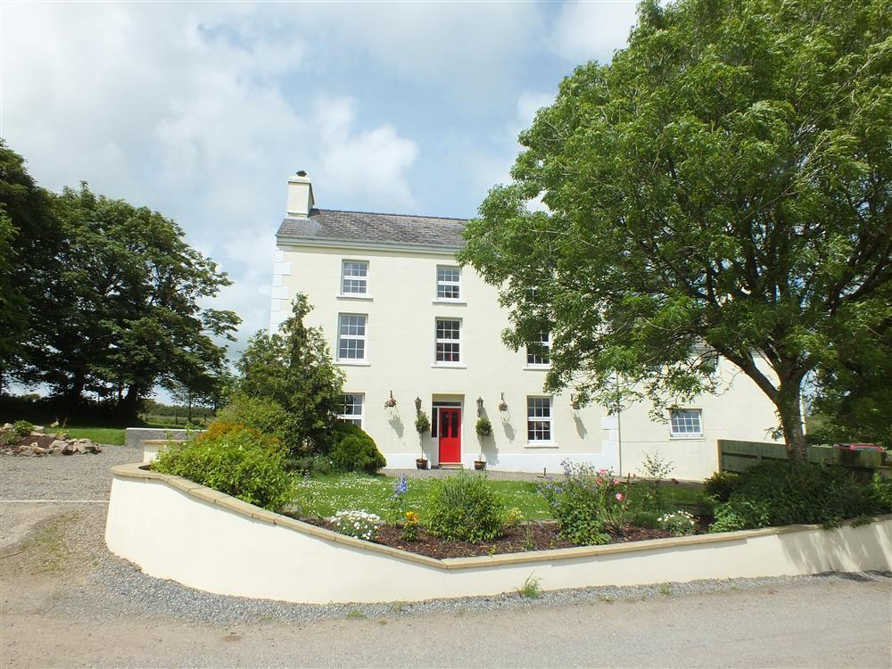Georgian Farmhouse in the countryside just 10 mins to Newgale beach - Sleeps 14 - Ref 593