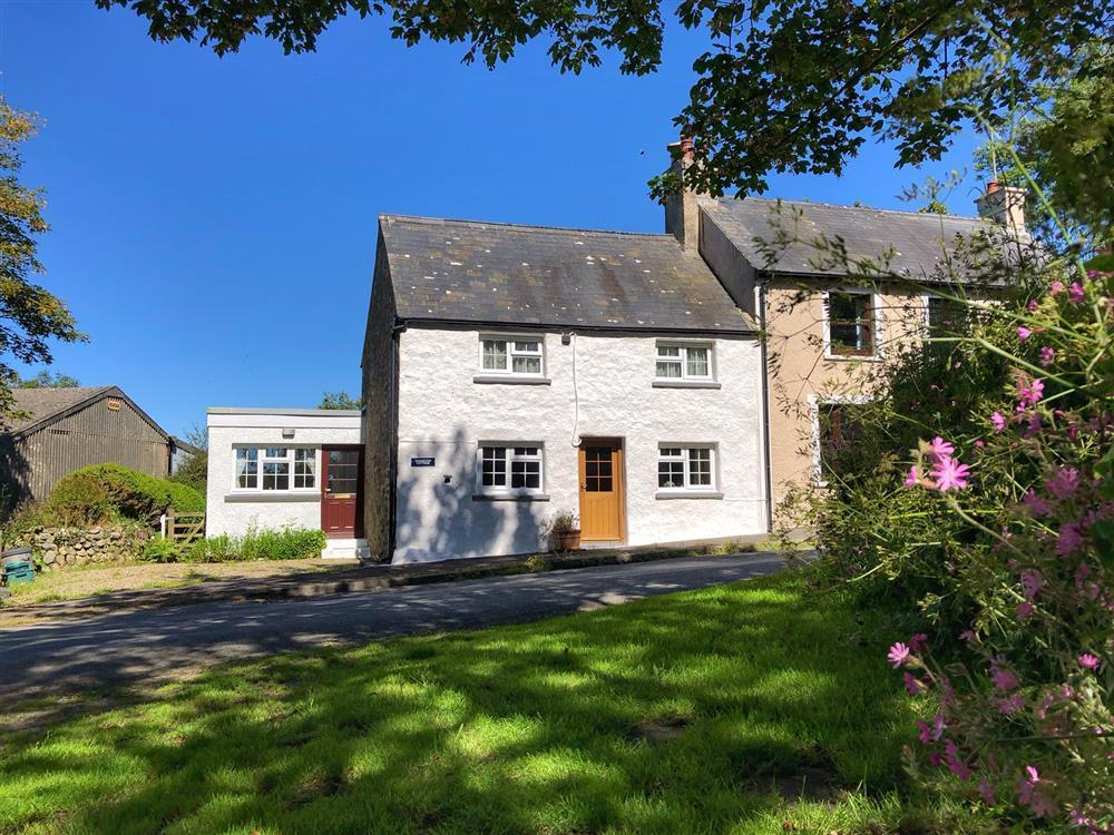 Limewashed cottage situated in quiet country lane near Strumble Head  Sleeps: 4  Property Ref: 579