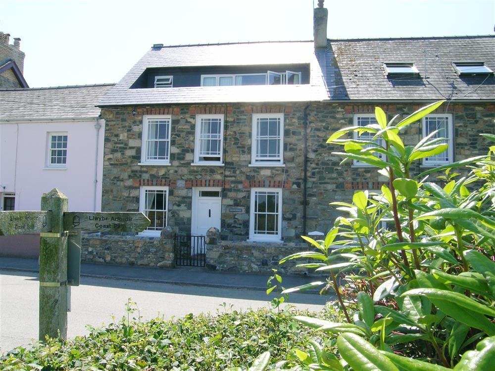 Large coastal house with views and enclosed garden at Parrog - Sleeps 8 - Ref 2253