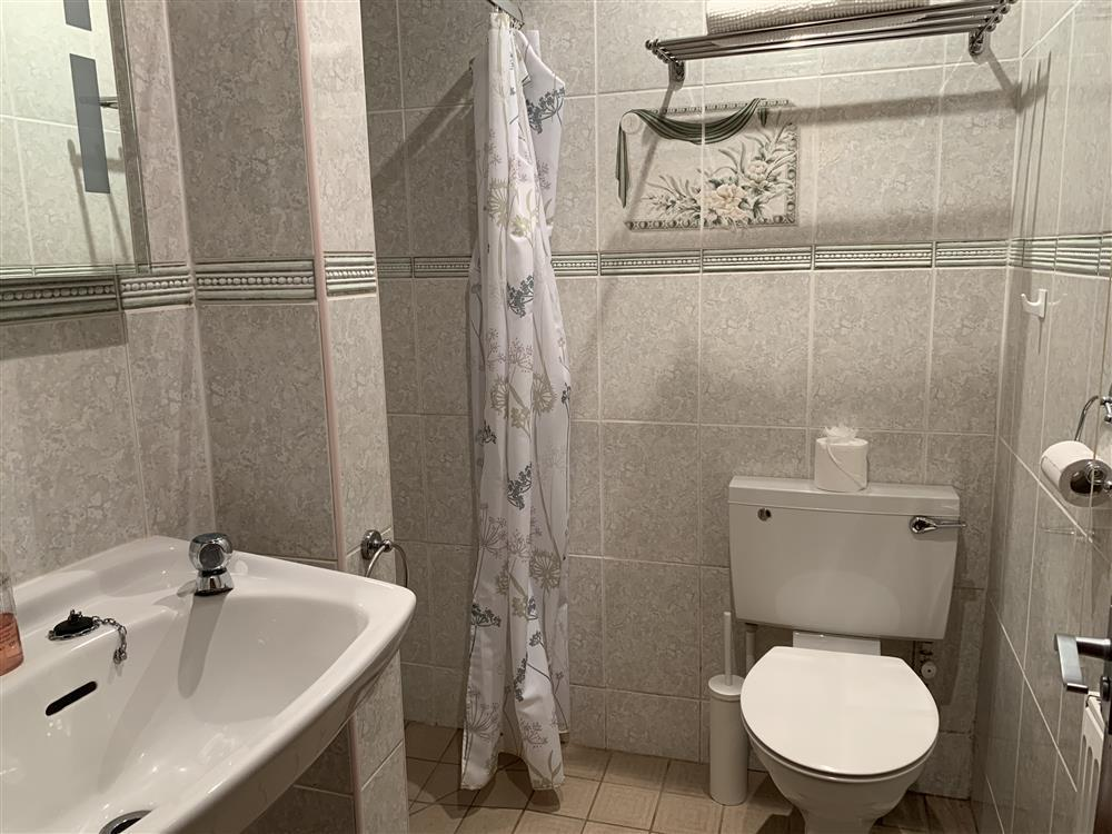 2242-7-bath and shower room (24)