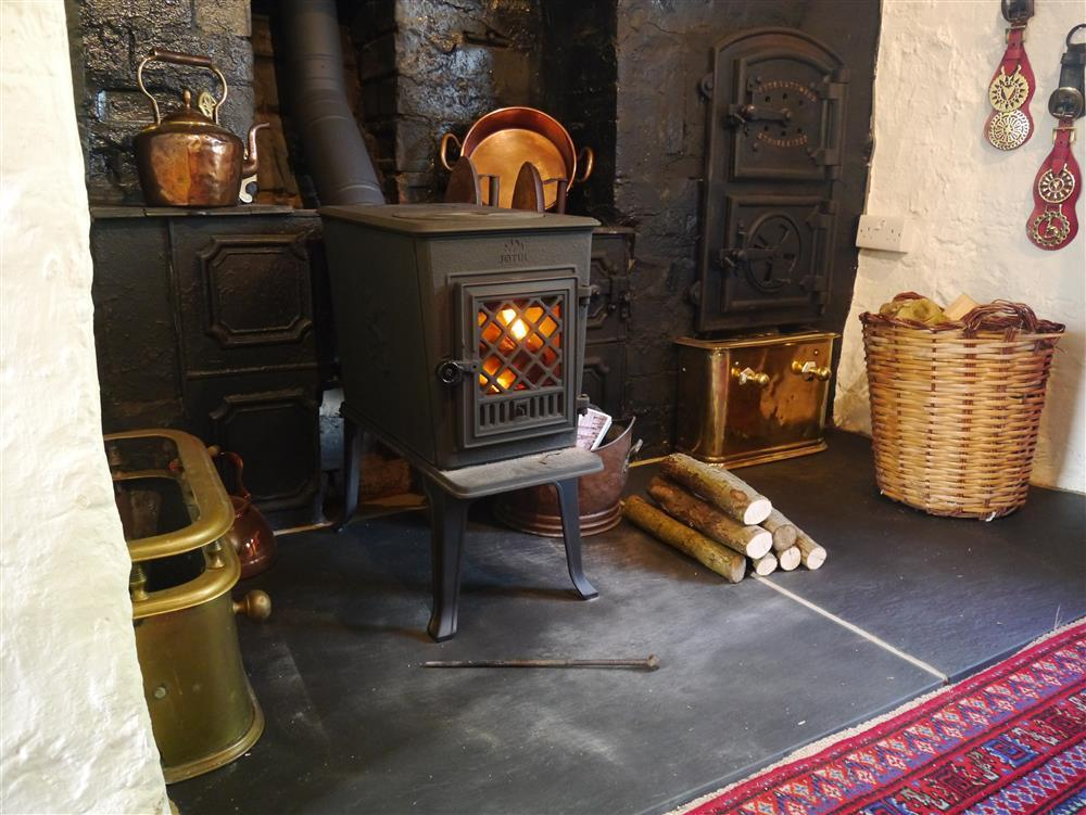 02 Dining room stove 2151 (1)
