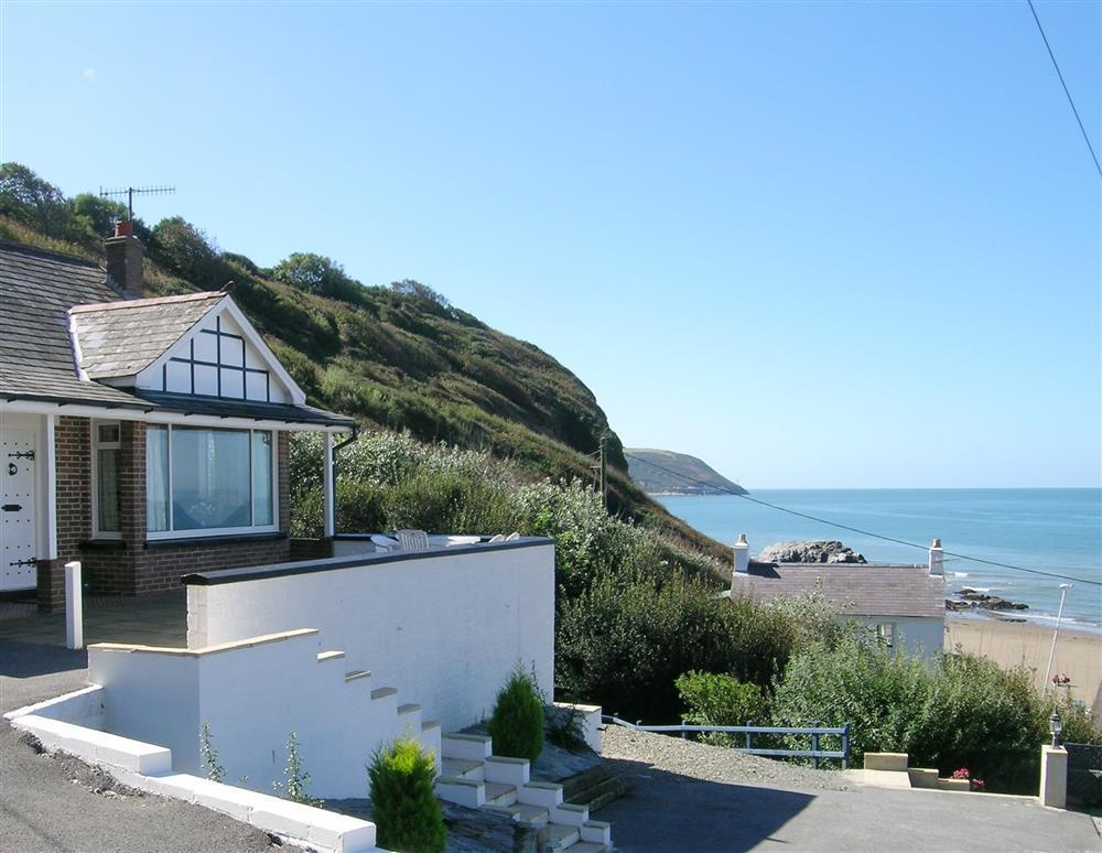 Traditional seaside bungalow with views ofTresaith Beach and Cardigan Bay - Sleeps 5 - Ref 488