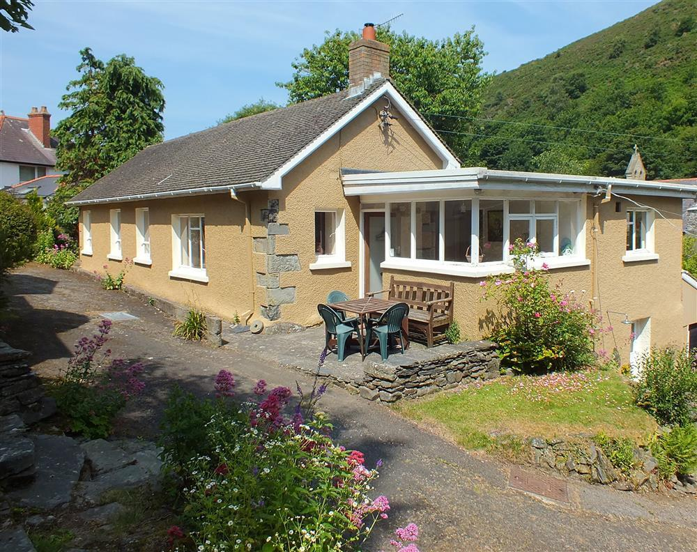 Comfortable holiday home in Llangrannog just 10 minutes walk from the beach - Sleeps 6 - Ref 573