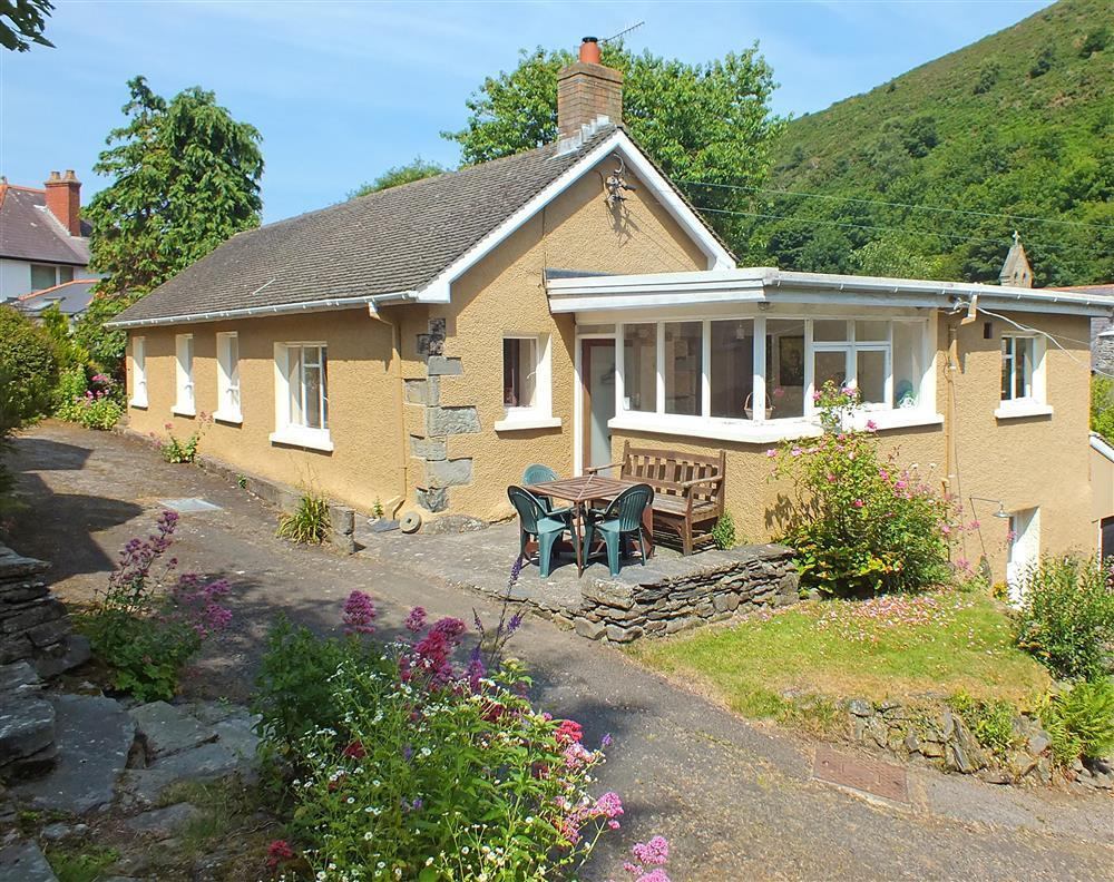 Comfortable holiday home in Llangrannog just minutes walk to the beach - Sleeps 6 - Ref 573