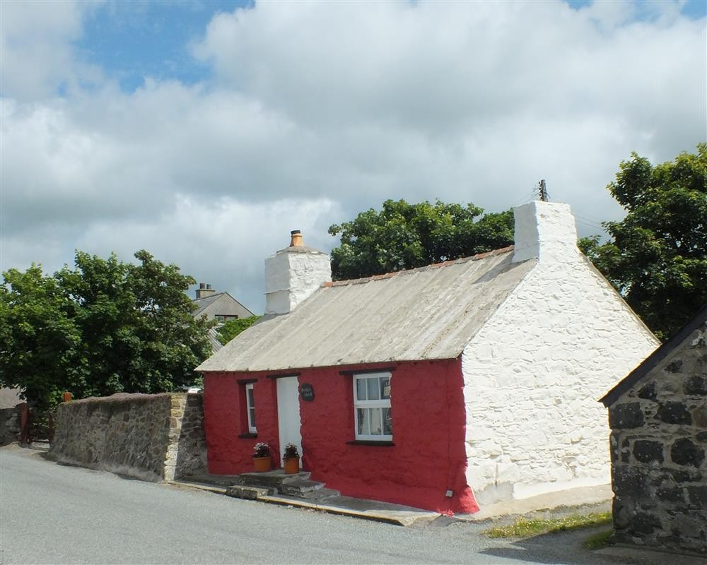Cottage with hot tub - Trefin - near St Davids - Sleeps 4 - Ref 106