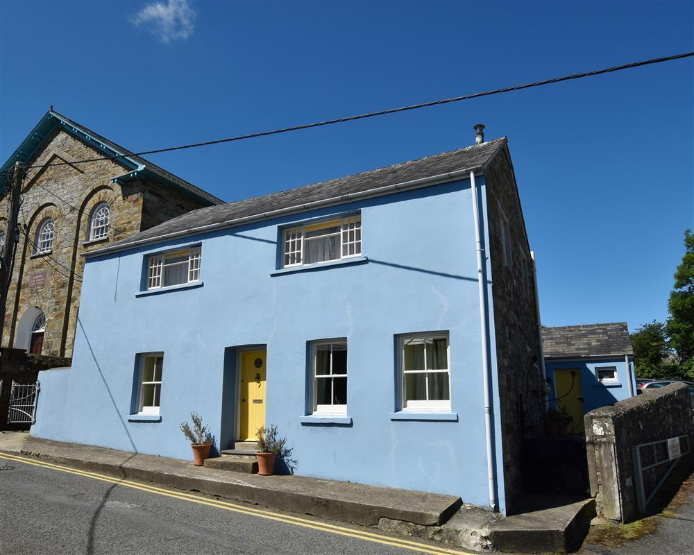 Converted chapel vestry with upside down living near centre of Newport - Sleeps 6 - Ref 2188