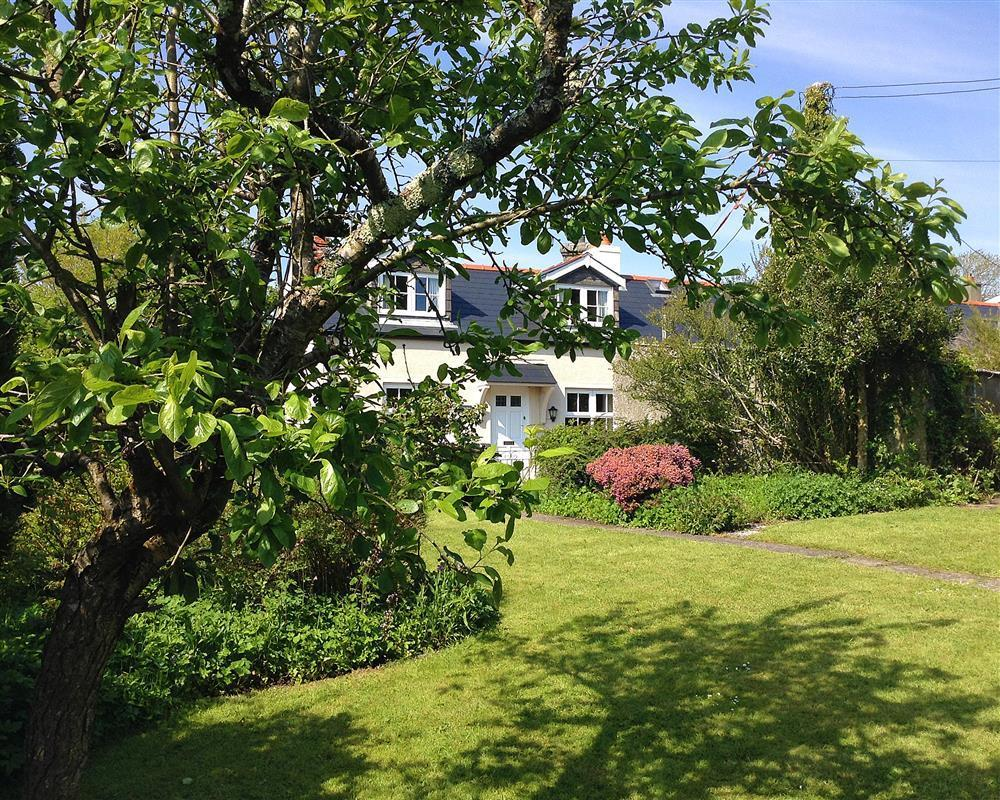 Comfortable and cosy end of terrace cottage with enclosed garden  Sleeps: 6  Property Ref: 889