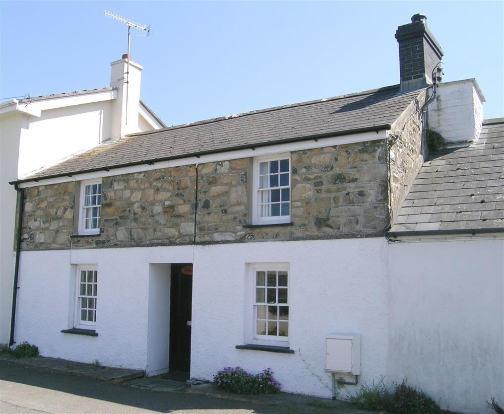 White cottage with enclosed garden near centre of Newport - Sleeps 5 - Ref 195